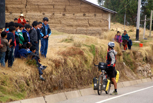 Sam talking with children on the road after Huamachuco.
