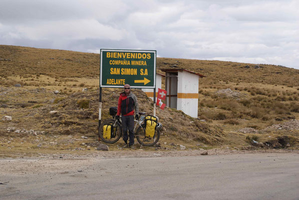 We left the paved road for gravel road, about 30 km after Huamachuco. It's cold there, altitude about 4100 meters high.