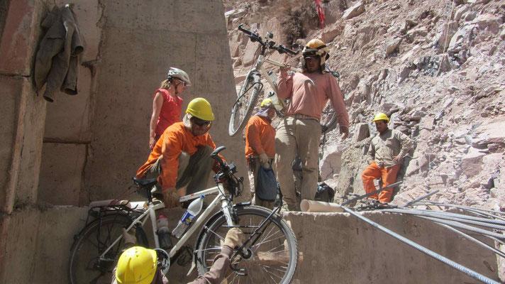 Die hilfsbereiten Bauarbeiter tragen unser Bagage über die Baustelle. // Very helpful workers.