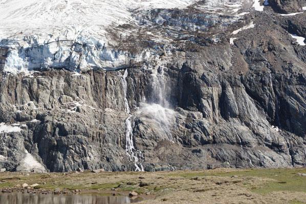 Mit lautem Geknischter bricht ein Stück der Eismasse in die Lagune. / Glacier breaking.