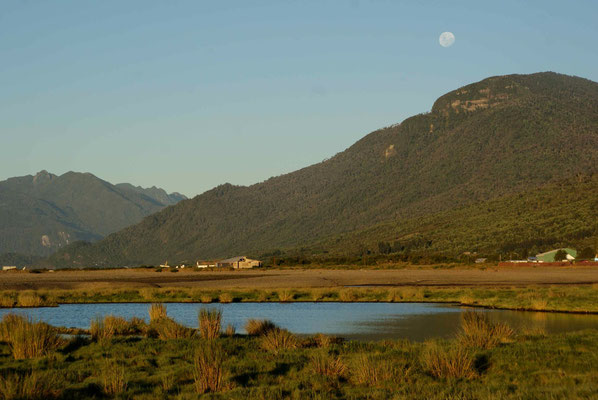On the first night on the Carretera Austral we camped with a great view. No one knew what would come next. Beautiful moon...