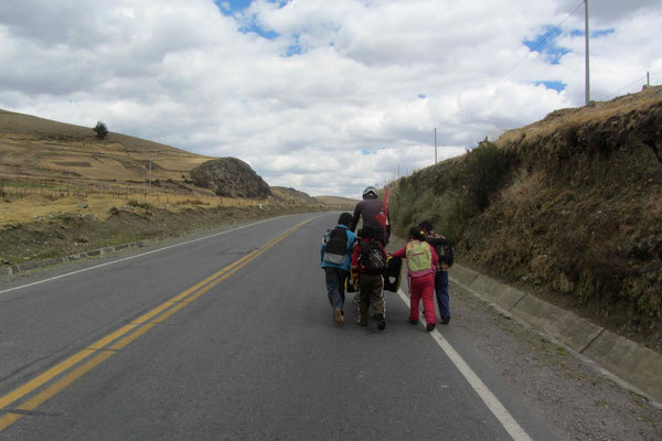 Kids following Sam and pushing his bike. They love to run after us. That's Peru!