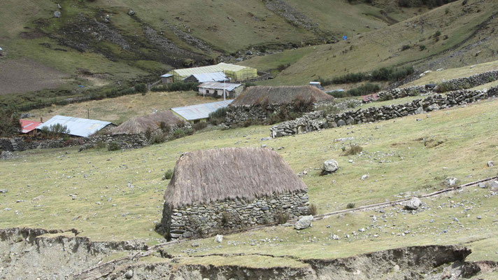 On the way back to Cusco we rode Abra Malaga. Up here the people live in this stone houses.