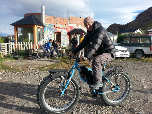 El Chaltén, Casa de ciclistas. Trying a fatbike for the first time... Look at the size of this tyre!