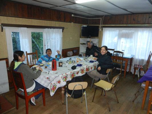 Desayuno bei Mama: Supermario from Brasil, Nicole und zwei weitere Gäste.