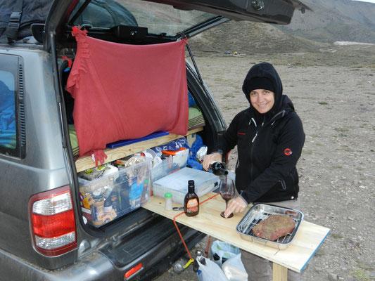 Buschküche funktioniert auch auf 2'500 m.ü.m..  Ein Teil des Bettgestells kann auch als Küchentisch verwendet werden.