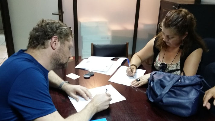 Vertragsunterzeichnung beim Notar.