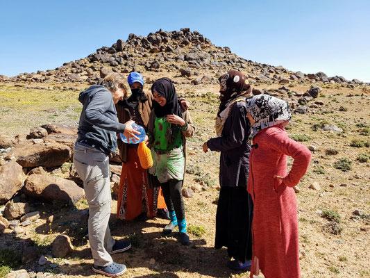 Schöne Begegnung im Hohen Atlas mit 4 marokkanischen Girls. Wir tauschten Wasser gegen Brot und Tee.