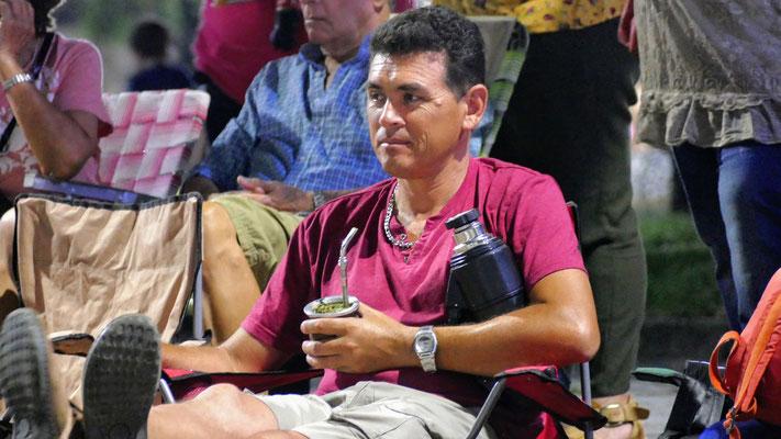 Die Lieblingsbeschäftigung der Urugayos. Mate trinken. Während wir auf den Start des Karnevals warten.