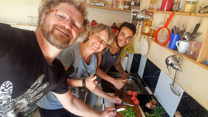 Cooking-Lessons Nr. 1 auf dem Campingplatz in Bouzikarne: Berber-Omelette