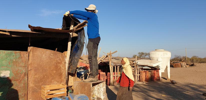 Pit befestigt die Dachplane und unterdrückt damit den Durchzug in Magalys Haus