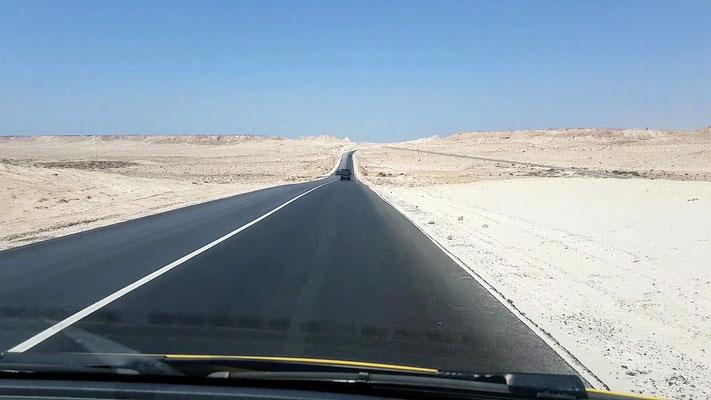 Sie sind lang die Strassen in der Westsahara.