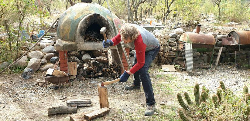 Holz hacken für das anstehende Asado