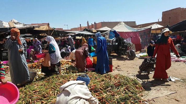 Auf dem Markt in Bouzikarne