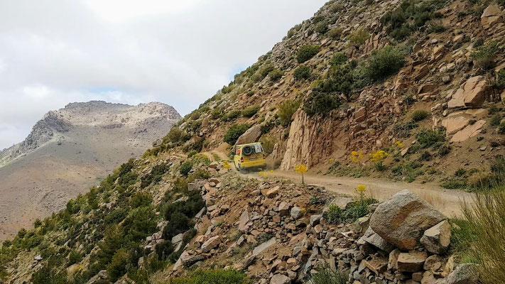 Die Strasse führte entlang steiler Berghänge...