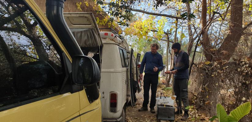 Buben beim Basteln: Pit und Matias optimieren den VW T1.5