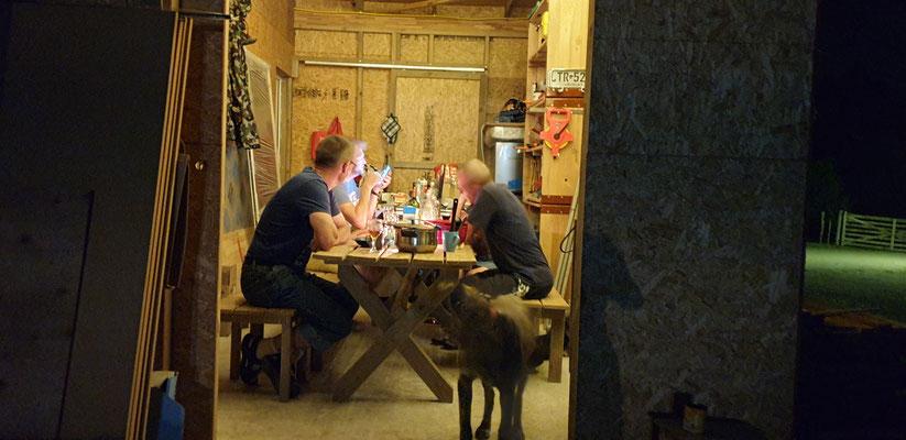...leckeres Abendessen und Plaudern in der Werkstatt.
