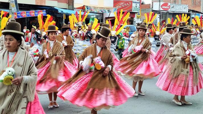 Dazu die tanzenden Bolivianerinnen