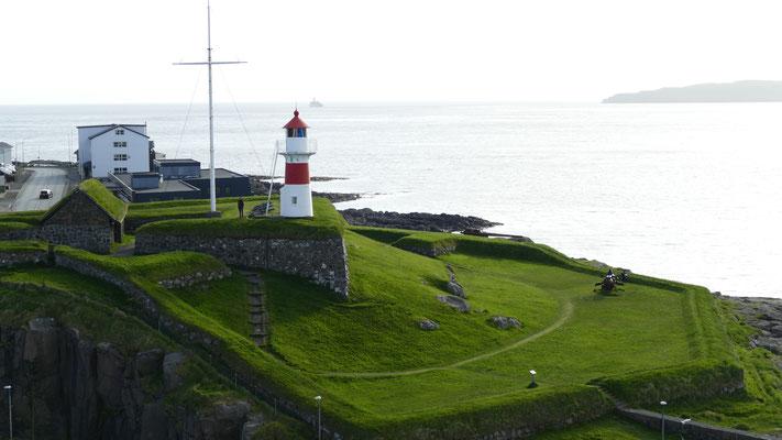 Der Leuchtturm beim Hafen in Torshavn