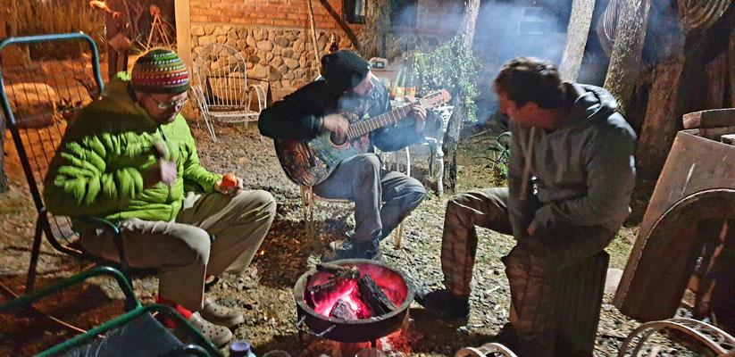 Die Jungs musizieren am Lagerfeuer... mit sehr viel Whiskey...