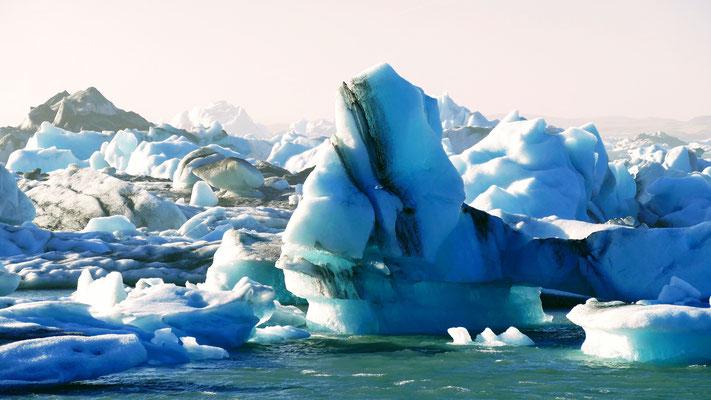 Riesige Eiswürfel in der Lagune