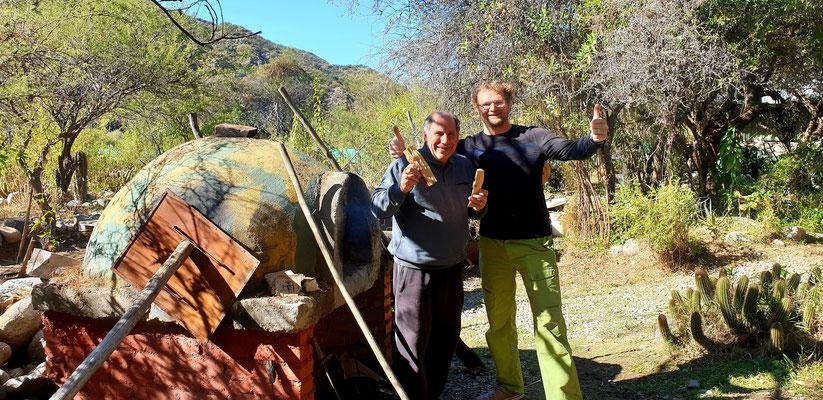 Grillmeister Daniel instruiert Pit in 'Asado Argentina'