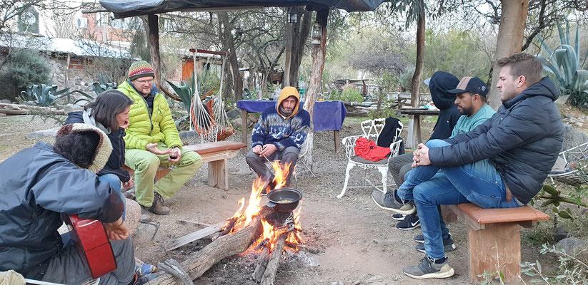 ...und geniessen das Lagerfeuer.