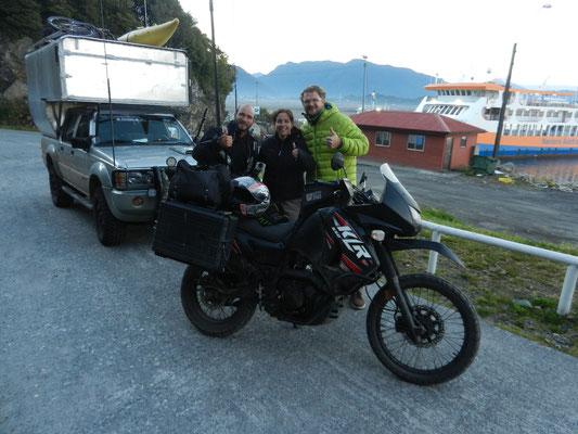Ivan from Russia. Seit 16 Monaten mit dem Motorrad unterwegs. Dahinter das Mariomobil Marke Eigenbau.