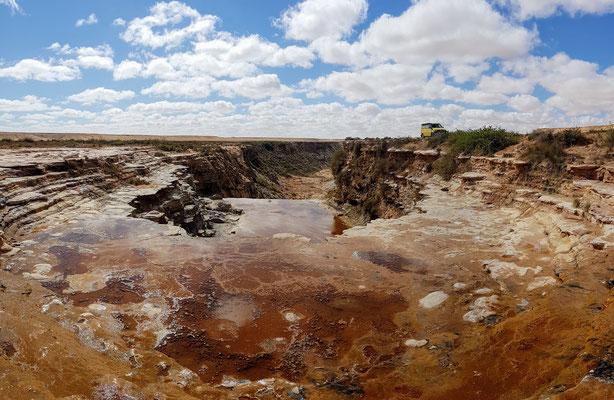 Mitten in der Wüste der Khaoui Naam Wasserfall.