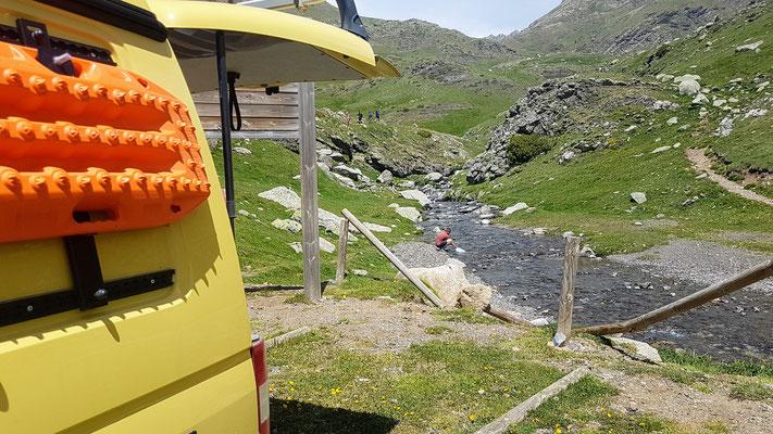 Wasser filtern direkt vom Bergfluss