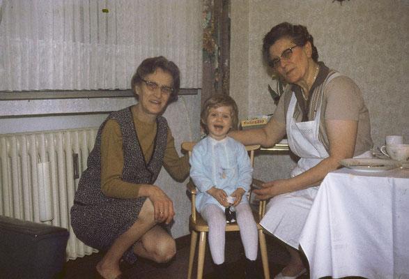 links Oma Elli, rechts Oma Maria