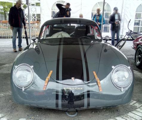 Panzer im Porsche. Wenn auch nur als Spiegelbild.