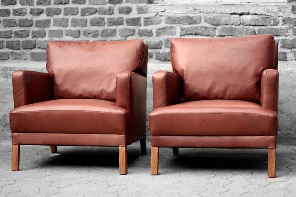 Nicht nur das Sofa, auch die beiden Sessel bekamen ein ordentliches Lifting von uns. Statt alte Keder moderne Kappnähte an den Kanten und ohne Schabracke. So sieht das Modell deutlich leichter und formschöner aus.