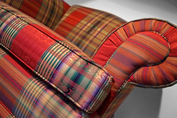 In dem neuen Bezugsstoff wirkt der Sessel eleganter und bildet eine harmonische EInheit mit dem Sofa aus dem Möbelhaus.