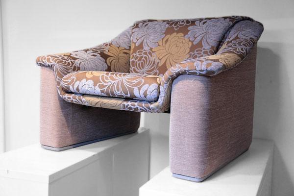 Neu aufgepolstert und mit einem Teflonbezug, erstrahlt der Sessel wieder in neuem Glanz.