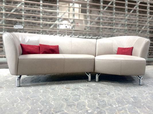 LeoLux hat das Modell etwa 15 Jahre produziert, damals war dieses Sofa in blauem ALCANTARA bezogen.