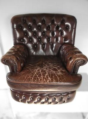 Ein org. Chesterfield mit gerissenem Leder auf Sitz und Armlehnen ...