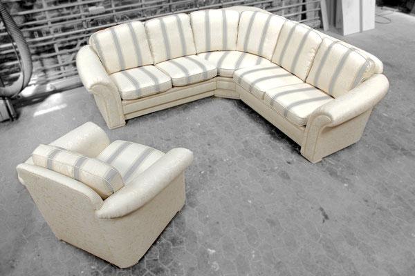 Mit hellen Stoffen wirkt sie nach dem Neubezug viel leichter und edler.  Drehbare Sitzkissen verlängern die Lebensdauer der Möbel, auch die Füße haben mit der neuen Lackierung einen komplett wertigeren Look.