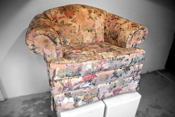 Ein bequemer Einzelsessel soll zu dem neuen Polstersofa aus dem Möbelhaus passen.