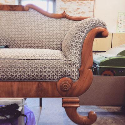 Über 100 Jahre später erhielt es einen neuen Sitzkern und einen modernen Bezug mit handgenähtem Keder an der Sitzkante.