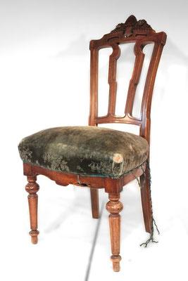 Ein toller, einzelner Stuhl mit einer verschobenen Polsterung und beschädigtem Bezugsstoff ...