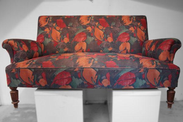 Über 100 Jahre ist dieses formschöne, zierliche Sofa zwischenzeitlich alt - Beweis war der Polsteraufbau, der aus einem handgeschnürtem Federkern und etwa 25kg Heu als Polstermaterial bestand.