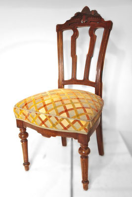 Der Sitz hat nun eine definierte Sitzkante und wird anschließend mit einem dicken Charmelle Bezug wieder neu bezogen. Ein von Hand angenähter Keder, sowie eine farblich passende Borte betonen die Sitzkante und geben dem Stuhl den letzten Schliff.