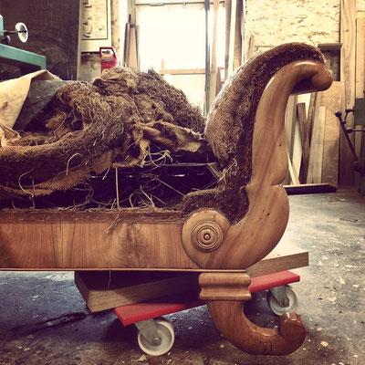Um 1900 wurde dieses Sofa hergestellt.