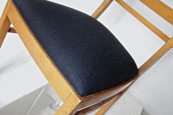 ... hier mit einem dezent schwarzem Filz aus 100% Schurwolle. Modern und doch zum Stil des Stuhles aus den 50er Jahren passend.