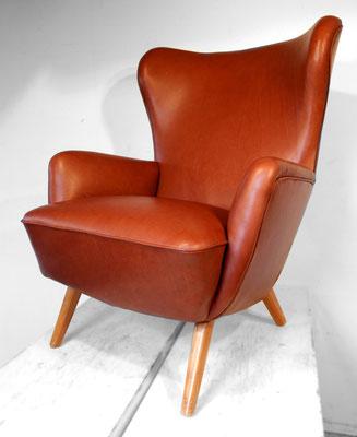 ... mit weichem Anilinleder in einem satten Braunton wirkt der Sessel wieder deutlich eleganter.
