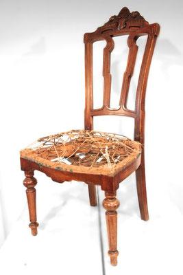 ... wir befreien den Stuhl von den alten Materialien - bis auf den handgeschnürten Federkern. Dieser bleibt erhalten und wird lediglich nachgespannt. Heutzutage gibt es hochwertige Schaumstoffe, mit welchen wir den neuen Sitz formen.
