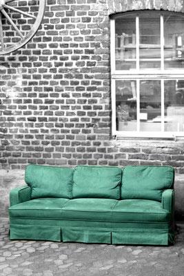 In den 80'ern wurde das Sofa schon einmal bezogen. In grünem Mikrofaser und mit der originalen Schabracke.