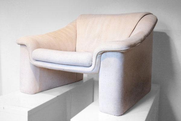 Ein alter Sessel, durchgesessen und mit deutlichen Gebrauchsspuren ...
