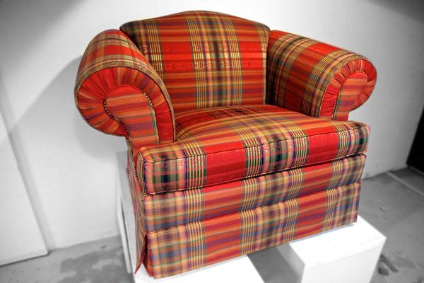Wir arbeiten auch mit Fremdstoffen und geben dem Sessel einen vollkommen neuen Look.